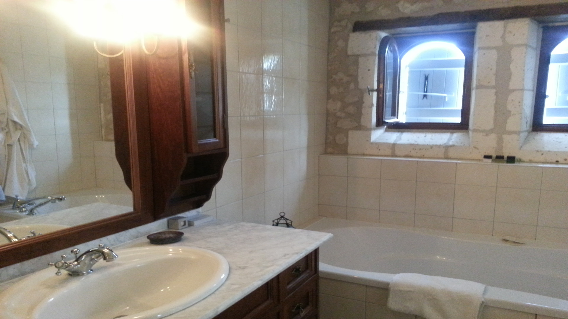 Geniet van de luxe slaapkamers vakantiehuis le maine menot - Kamer van rustieke chic badkamer ...
